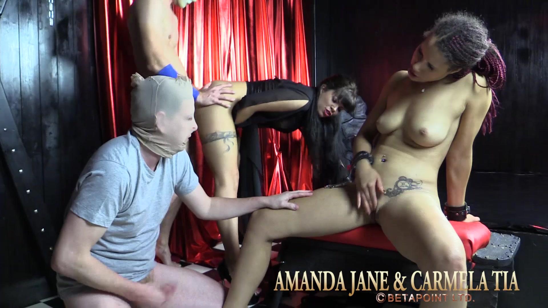 2 SM-Girls benutzen 2 Gäste als Sklaven für heiße Spiele